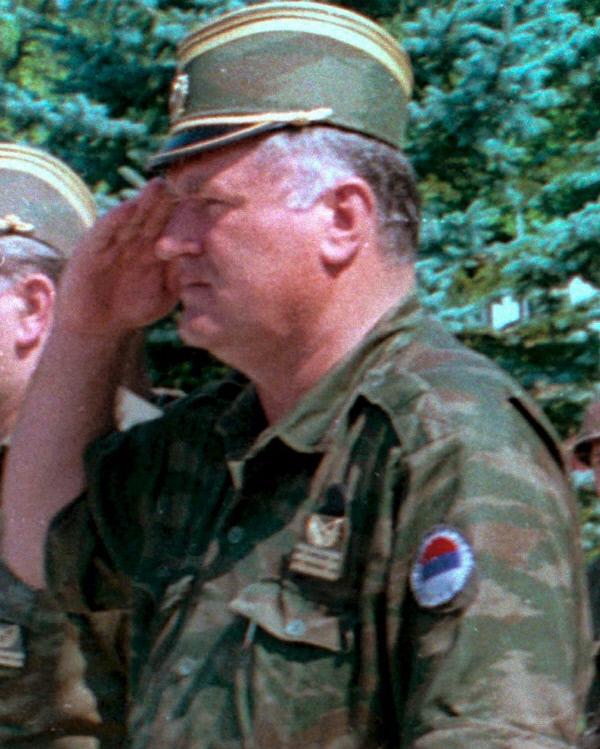 1995년 여름 보스니아 반야루카의 일선부대 시찰에 나선 라트코 믈라디치 스르프스카 정부군 사령관이  경례를 하고 있다. 티토 휘하 빨치산의 아들로 태어난 그는 보스니아 전쟁 전까지 유고연방의 정규 육사를 졸업한 엘리트 군인이었다.<br />EPA연합뉴스