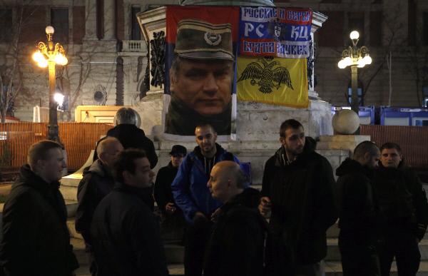 ICTY가 라트코 믈라디치에게 종신형을 선고한 11월22일 밤 세르비아 수도 베오그라드 도심에서 믈라디치를 지지하는 주민들이 모여 항의 집회를 갖고 있다. 배경에는 믈라디치의 초상화와 함께 '세르비아인과 러시아인은 영원한 형제다'라는 펼침막이 보인다.  AP연합뉴스