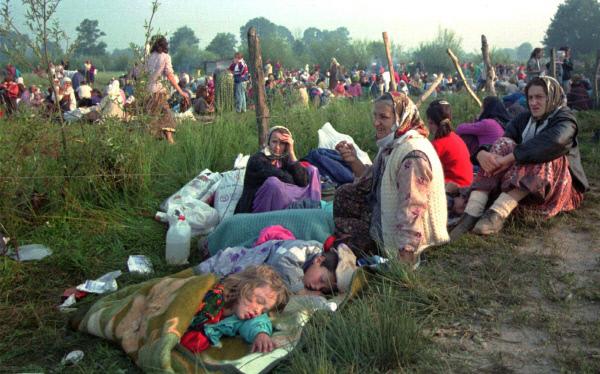 보스니아 전쟁중이던 1995년 7월14일 유엔이 마련한 보스니아 스레브레니차의 안전지대에 난민들이 모여 있다.  AP연합뉴스
