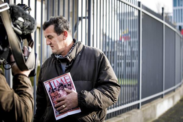 보스니아 세르비아계 총사령관이던 라트코 믈라디치에 대한 ICTY의 판결이 있던 지난 11월22일 네덜란드 헤이그의 법정 밖에서 보스니아 전쟁 당시 세르비아계의 수용소에 갇혔던 자신의 깡마른 모습이 담긴 1992년 타임지 표지사진을 들고 서 있다. EPA통신은 그가 무슬림인지, 크로아티아계인 지 밝히지 않았다. EPA연합뉴스