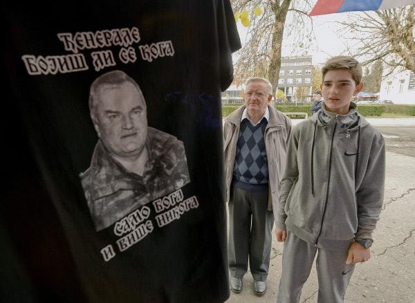 지난 11월11일 보스니아 세르비아계의 스르프스카 공화국 수도인 반야루카에서 한 세르비아계 소년이 라트코 믈라디치의 얼굴이 새겨진 티셔츠를 보고 있다. 티셔츠에는 '장군, 누가 두려우십니까. 두려워할 것은 신 밖에 없습니다'라는 문장이 써 있다.  세르비아계에게 믈라디치는 극단의 위협에서 자신들을 보호해준 영웅이다. AP연합뉴스