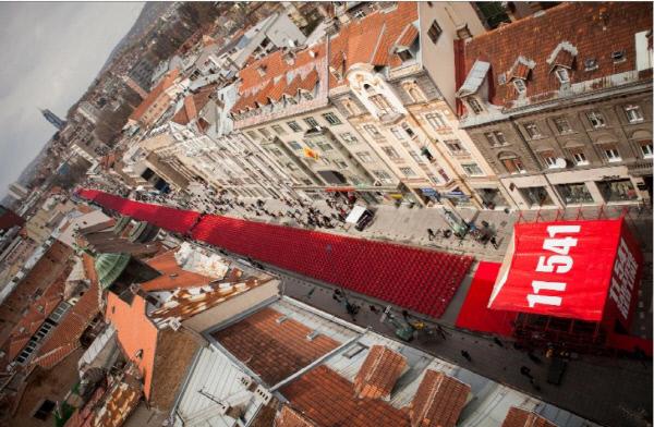 사라예보 포위 20주년을 기념해 2012년 4월6일 사라예보 도심에 재현된 레드라인. 희생자 1만1541명의 숫자에 맞춰 붉은 색 의자로 만든 선이다.  위키페디아