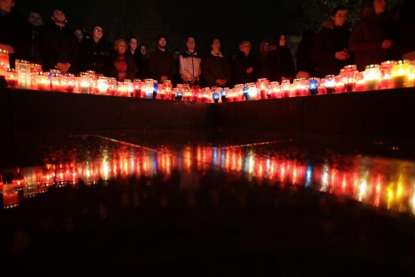프랄략의 자살 소식이 전해진 지난 11월29일 밤, 보스니아 크로아티아계의 거주지역인 모스타르에서 크로아티아계 주민들이 촛불을 밝히고 '영웅'의 죽음을 애도했다.  AP연합뉴스