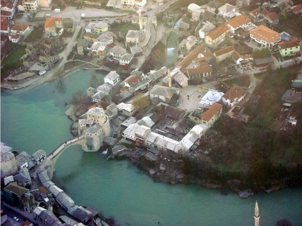 보스니아 남부의 고도(古都) 모스타르. 이 아름다운 중세의 도시에서 전쟁범죄가 자행됐다. 맨 위의 다리는 크로아티아계 민병대가 파괴한 크리바 쿠프리야 다리로 보스니아의 상징이다. 오토만 제국이 발칸반도에 남겨놓은 가장 아름다운 구조물로 평가된다. 전후 재건됐다. 위키피디아
