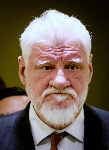 보스니아 크로아티아계 전범 슬로보단 프랄략이 지난 11월29일 네덜란드 헤이그의 국제유고전범재판소 법정에 출두하는 모습. 아무도 그의 주머니에 독약이 든 작은병이 있었는지 알아채지 못했다.  AP연합뉴스
