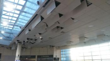지난 15일 경북 포항에서 규모 5.4의 강진이 발생했을 당시 고속철포항역 대합실의 천장패널이 바닥으로 떨어지지 않은 채 그대로 매달려 있다. │(주)유창 제공
