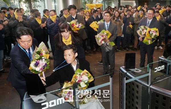 2012년 파업 당시 해직됐다 복직된 MBC 이용마 기자가  최승호 사장과 함께 노조원들의 박수를 받으며 지난 11일 오전 새로 발급받은 신분증으로 서울 상암동 본사 출입문을 통과하고 있다. 이상훈 선임기자