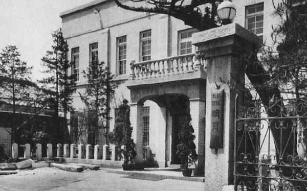 지금의 종로3가 피카디리극장 자리에서 1920년대부터  한국전쟁 때까지 영업한 명월관 전경. 오른쪽 입구 기둥에 걸린 현판에 '조선요리 명월관'이라는 글자가 선명하다.
