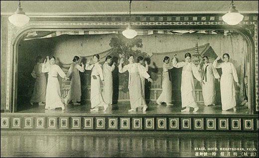 명월관 기생들의 가무 장면을 담은 일제 강점기의 사진엽서. 명월관은 서울의 대표적 요정이기도 했지만 재주 많은 기생과 명창이 몰리는 대중예술 공연장 역할도 했다.