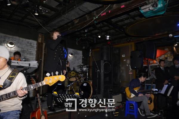 2014년 12월 가수 김장훈은 홍대 클럽 명월관에서 새 앨범 <살고 싶다 >  발매 기념 공연을 했다. 이선명 기자