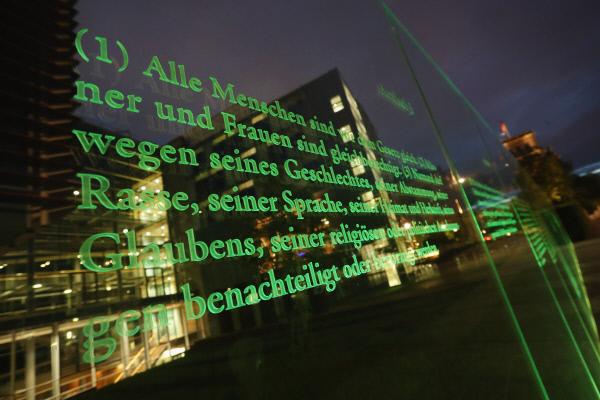 독일 헌법이 새겨진 베를린 연방의회의사당 유리벽의 모습. '모든 인간(Alle Menschen)은 법 앞에 평등하다.' 독일 헌법 3조이다. 하지만 한국 헌법 11조는 '모든 국민은 법 앞에 평등하다'이다. 이제는 국민을 사람으로 바꾸어야 한다고 시민사회는 주장하고 있다.  게티이미지