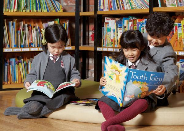 서울시내 한 서점에서 아이들이 영어 동화책을 읽고 있다. 정부의 영유아 영어수업 금지 방침을 둘러싸고 조기 영어교육의 효과를 둘러싼 논란이 일고 있다. 경향신문 자료사진