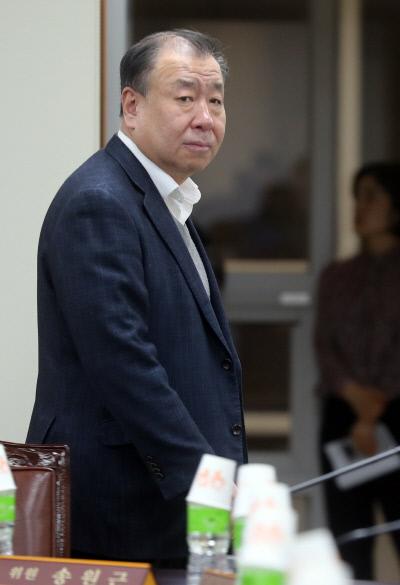 최저임금위원회 어수봉 위원장이 31일 오후 정부세종청사 최저임금위원회 2차 전원회의장에 들어서고 있다. |연합뉴스