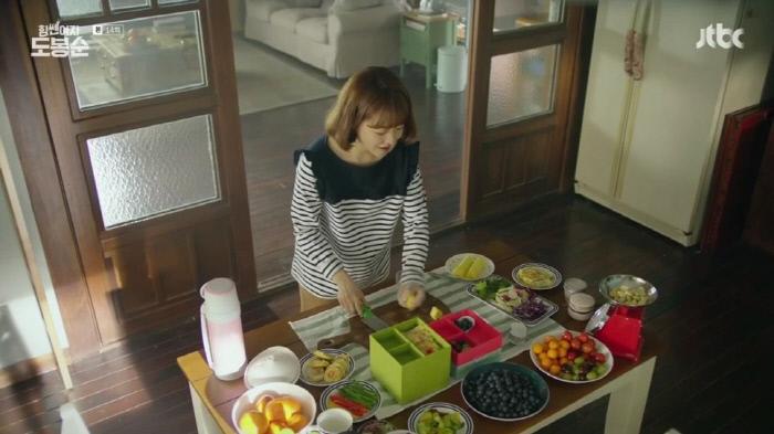 여자 주인공이 남자 주인공을 위해 4단 도시락을 싸는 JTBC 드라마 <힘쎈여자 도봉순>의 한 장면.