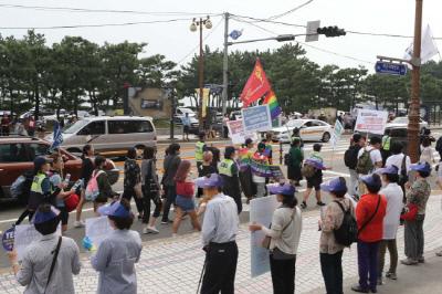 지난해 10월 부산에서 열린 퀴어축제 참가자들의 거리행진에 맞서 동성애·동성혼 합법화를 반대하는 단체들이 인간띠 잇기를 하고 있다. 연합뉴스