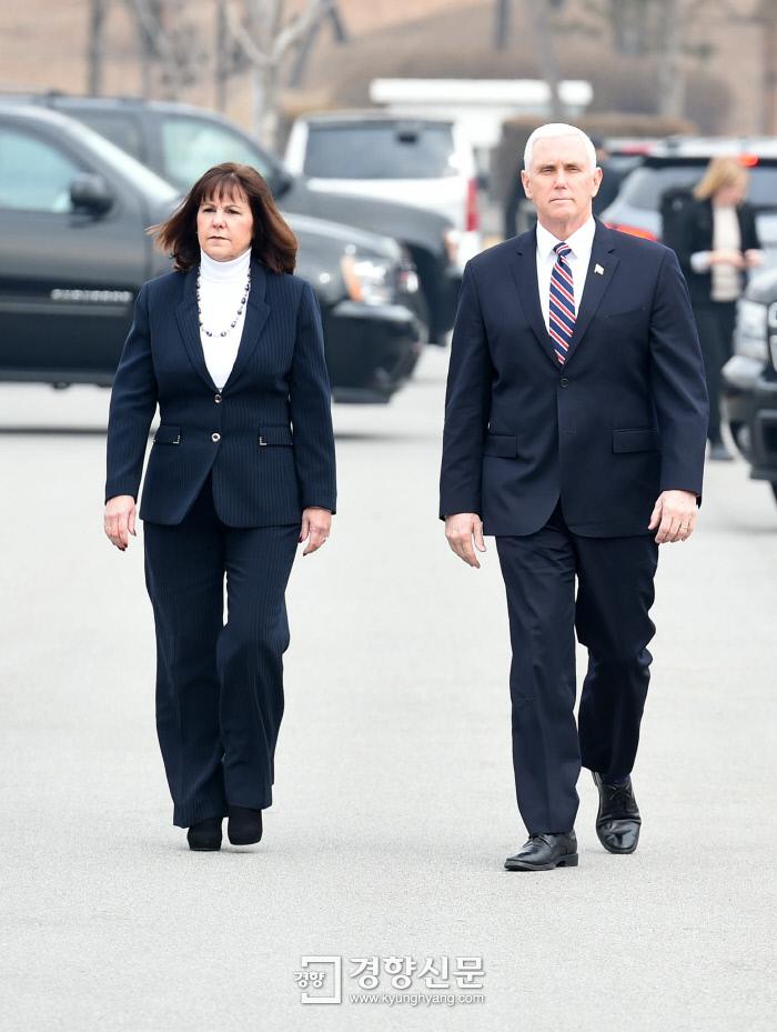 마이크 펜스 미 부통령이 9일 오전 경기 평택 2함대를 방문해 서해수호관으로 이동하고 있다.                      사진공동취재단