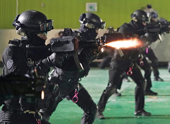 특공대원들이 평창 동계올림픽을 앞둔 지난달 24일 유사 시 테러 공격에 대응하기 위한 모의 훈련을 하고 있다. 게티이미지코리아.