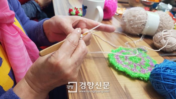 7일 오후 서울 동대문구 용두도의 반성매매인권행동 이룸 사무실에서 멍퉁이(67·별명)가 뜨개질을 하고 있다. 최미랑 기자.