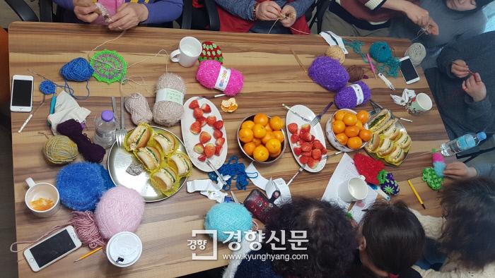 지난 7일 서울 동대문구 용두동에 있는 '반성매매인권행동 이룸' 사무실에 '청량리588'에서 일하던 중장년 여성 다섯 명과 활동가들이 모여 털실로 수세미를 만들고 있다. 최미랑 기자