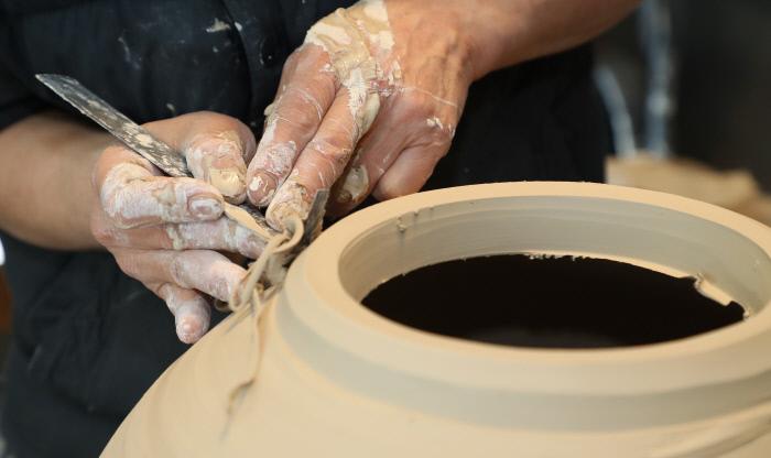 달항아리를 빚고 있는 신철 작가의 손.