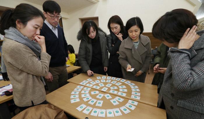 지난 20일 서울 중구 경향신문사에서 '엄마·아빠를 위한 화를 다스리는 법'을 주제로 2월 '인생수업'이 열렸다.  참여한 부모들이 아이에게 화가 났을 때 감정을 표현할 감정카드를 고르고 있다. 카드를 찾으면서 화가 났던 감정을 알게 되면 화가 난 이유도 자연스럽게 드러난다.