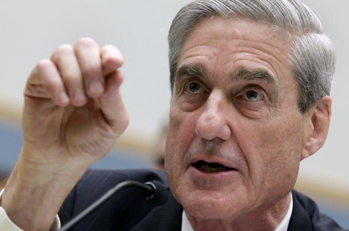 2016년 미국 대선에서 도널드 트럼프 선거캠프와 러시아 측의 관계를 수사하고 있는 미국 법무부의 로버트 뮬러 특검이 연방수사국( FBI) 국장이던 2013년 6월13일 하원 법사위 청문회에서 발언하고 있는 모습.  워싱턴   로이터연합뉴스