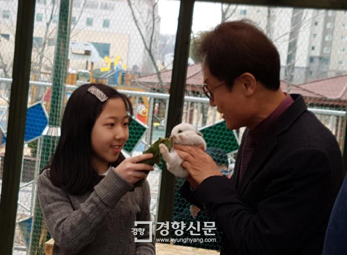 조희연 서울시교육감이 27일 서울 서대문구 가재울초 야외 사육장에서 한 학생 함께 토끼에게 먹이를 주고 있다. 노도현 기자