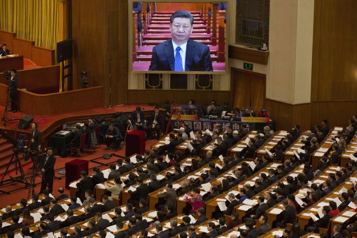 중국 베이징 인민대회당에서 지난 3일 개막한 인민정치협상회의 회의장의 대형 스크린을 통해 시진핑 국가주석의 모습이 보이고 있다.  베이징 | AP연합뉴스