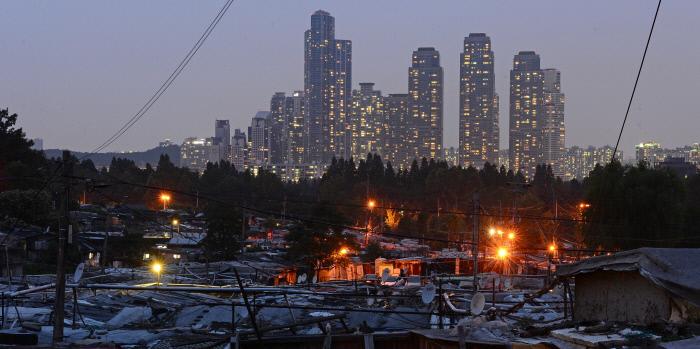 한국 사회의 양극화를 극적으로 보여주는 서울 개포동의 타워팰리스와 구룡마을 전경. 경향신문 자료사진