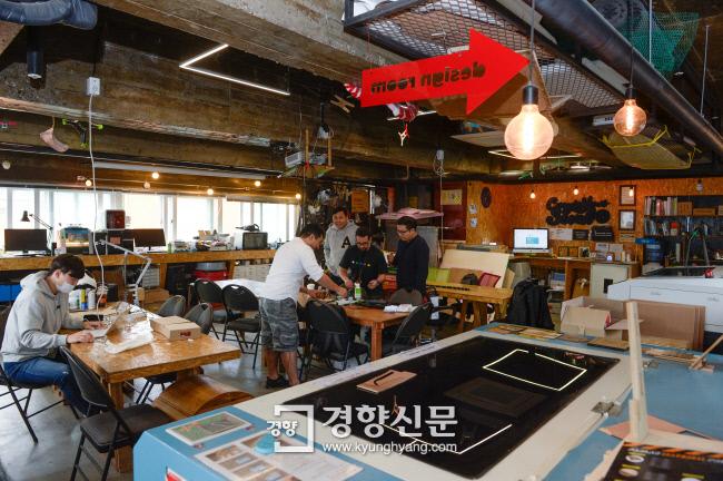 서울 종로구 세운상가에 위치한 제작 실험실 '팹랩 서울'에서 엔지니어들이 다양한 장비를 이용해 아이디어 구현 제품들을 만들고 있다. 이준헌 기자