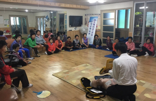 충남 청양군 노인센터에서 자동심장충격기를 이용한 심폐소생술 교육이 이뤄지고 있다. 라디안 제공