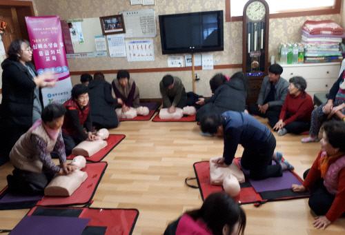 경북 경주시내 한 경로당에서 회원들을 대상으로 가슴압박 심폐소생술 교육이 이뤄지고 있다. 경주시 보건소 제공