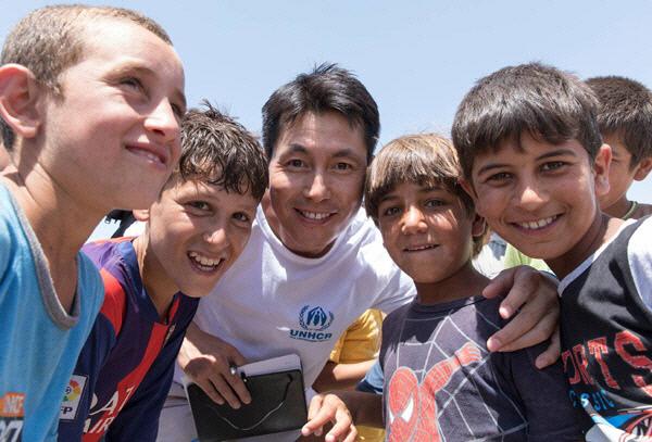 지난해 이라크 북부 함다니야의 난민캠프를 방문한 정우성씨. 유엔난민기구 제공