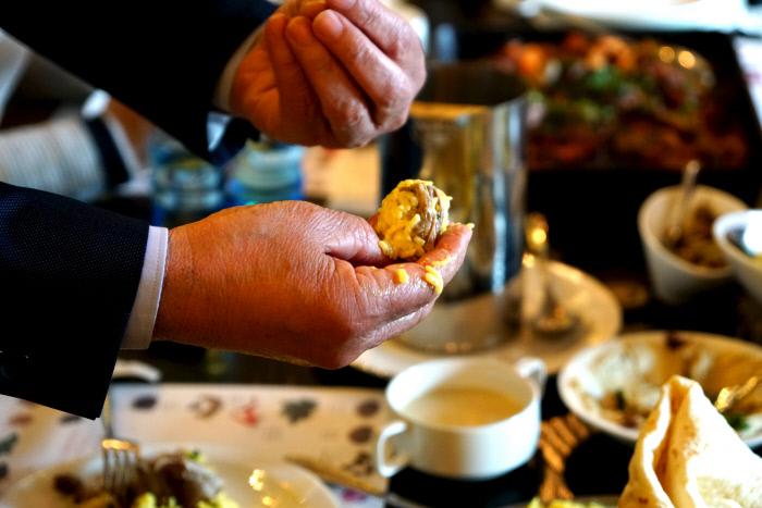 요르단 사람들은 오른손으로 조물조물 밥을 동그랗게 말아 엄지손가락에 얹어 튕기듯 한입에 쏙 넣어먹는다.
