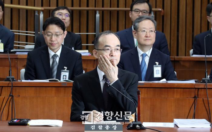 문무일 검찰총장이 지난 13일 국회에서 열린 사법개혁특별위원회 전체회의에서 의원들의 발언을 듣고 있다. / 권호욱 기자
