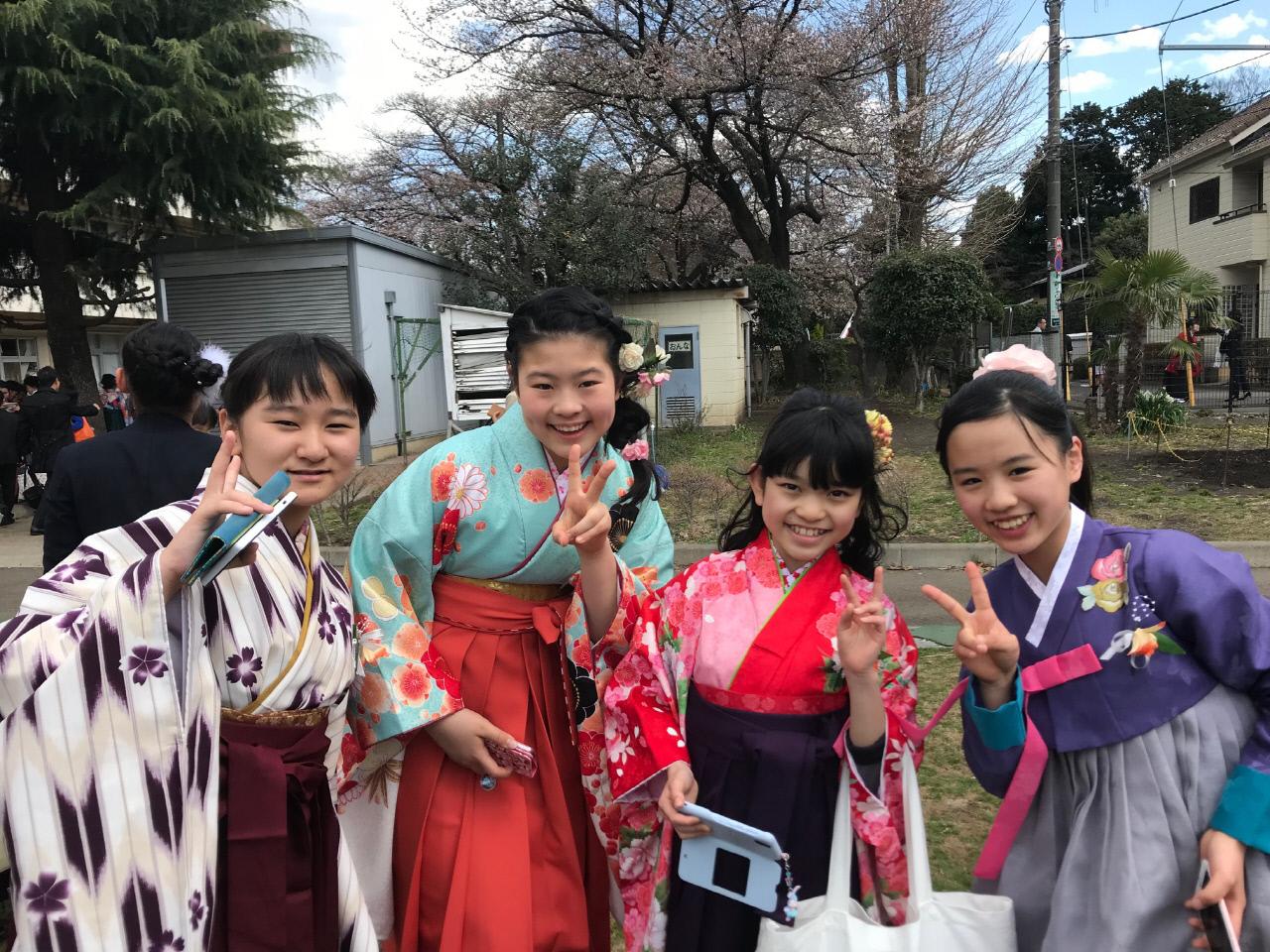 트와이스와 옥녀 한복처럼…엄숙했던 일본 초등 졸업식 뒤흔들다