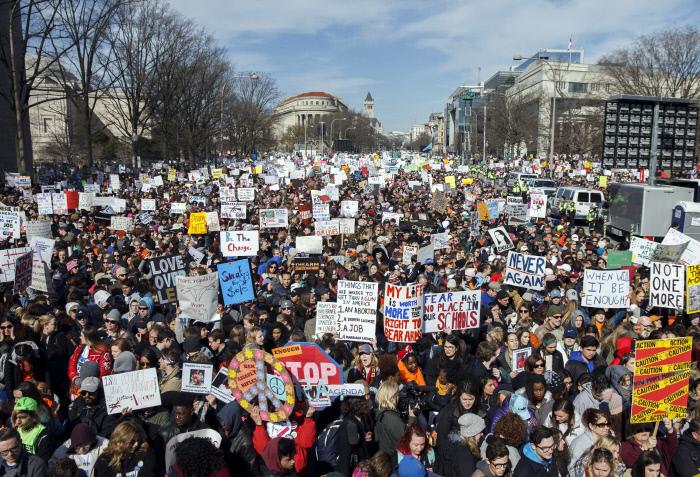 지난 24일 미국 워싱턴 시내 펜실베이니아 거리에서 지난 2월 플로리다주 파크랜드에서 발생한 총기난사 사건 희생자들을 추모하고 총기규제 강화를 촉구하기 위한 '우리 생명을 위한 행진' 집회 참가자들이 행진하고 있다. 미국 전역 800여곳과 전세계 곳곳에서 지지시위가 열렸다.   워싱턴   EPA연합뉴스