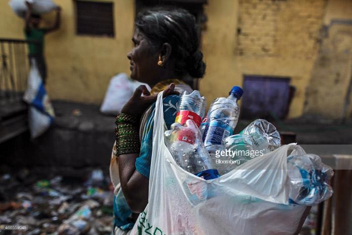재활용품을 수거해 먹고 살아가는 인도 여성. Getty Images