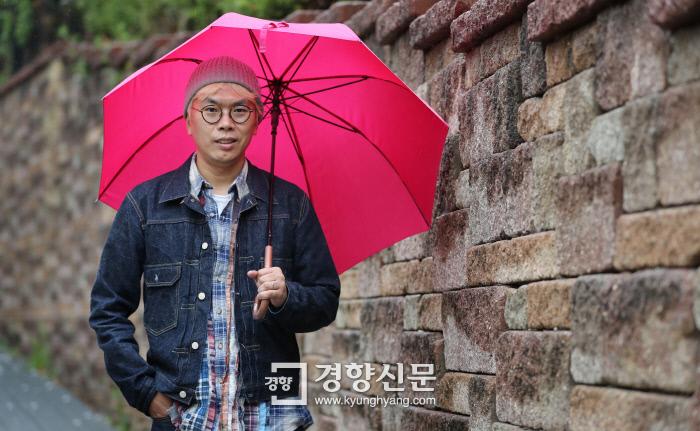 봄비가 내리던 지난 5일 김태호 PD가 서울 용산구 한남동 인도를 우산을 쓴 채 걷고 있다. 그는 13년간 <무한도전>을 진두지휘하며 이 프로그램을 대한민국 최정상 예능으로 자리매김시켰다. 이상훈 선임기자 doolee@kyunghyang.com