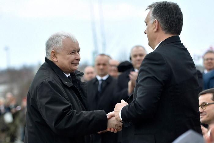 야로슬라브 카진스키 폴란드 집권 법과 정의당(PiS) 대표(왼쪽)이 지난 6일 스몰렌스크 참사 추모시설의 준공식이 열린 헝가리 수도 부다페스트의 행사장에서 빅토르 오르반 헝가리 총리와 악수하고 있다.  스몰렌스크 참사는 2010년 4월 카진스키 대표의 쌍둥이 형이자 당시 폴란드 대통령이었던 레흐 카진스키 부부를 비롯한 폴란드 각계 지도층 인사 등 96명이 러시아 스몰렌스크 인근에서 비행기 추락사고로 사망한 사건이다.  부다페스트 | AP연합뉴스
