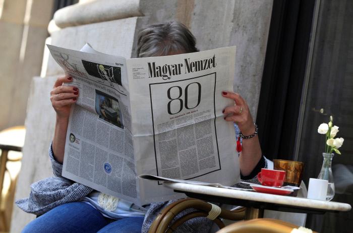 빅토르 오르반 총리의 집권여당이 압승을 거둔 헝가리 총선 하루 뒤인 지난 11일 부다페스트 시내의 한 카페에서 한 주민이 마자르 넴제트의 마지막 신문을 읽고 있다. 80년 역사의 최대 야당지인 이 신문은 이날 폐간을 발표했다.  부다페스트 | 로이터연합뉴스