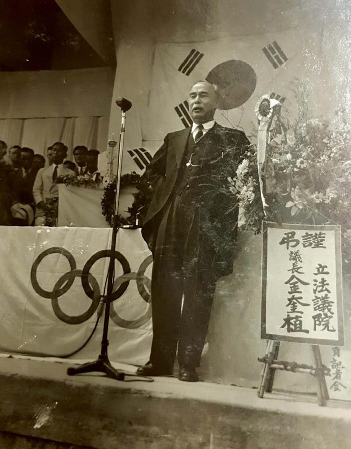 1947년 6월3일 비행기 사고로 숨진 조선올림픽위원회 부위원장 전경무씨의 장례식으로 추정되는 행사에서 여운형이 추도사를 하고 있다. 이로부터 한 달 반 후 조선체육회 회장 여운형 역시 암살당함으로써 1948년 런던 올림픽을 앞두고 조선체육회는 회장과 부회장을 동시에 잃었다.