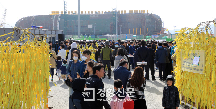 <b>People Visit the Mokpo New Port in Memory of the Victims</b> On April 15, the eve of the fourth anniversary of the Sewol disaster, citizens continue to visit Mokpo New Port in Jeollanam-do and take part in a &quot;Cultural Festival Remembering the Four Years after the Sewol Accident.&quot; Over seventy families of the Sewol victims attended this day's event. Jeong Ji-yun