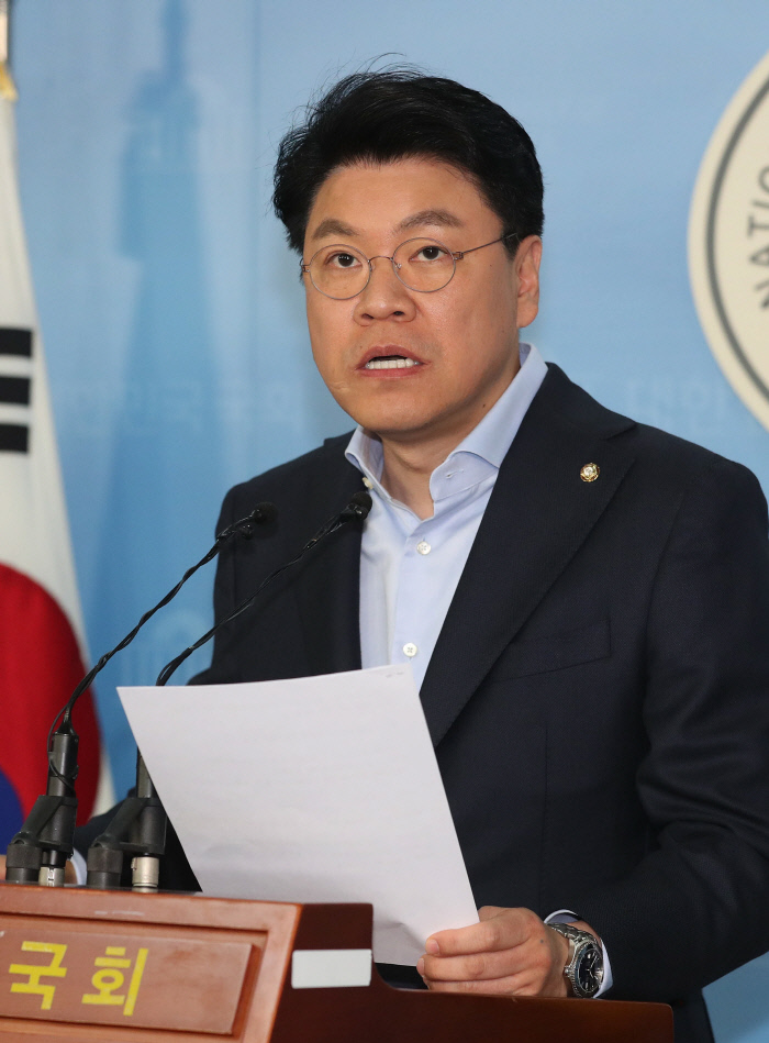 자유한국당 장제원 수석대변인이 15일 국회에서 더불어민주당 당원의 '네이버 댓글 추천수 조작' 사건에 대한 진상조사를 촉구하고 있다. 연합뉴스