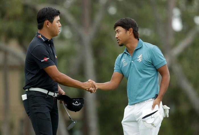 김시우(왼쪽)가 16일 미국 사우스캐롤라이나주 하버타운 골프 링크스에서 열린 미국프로골프(PGA) 투어 RBC 헤리티지 최종일 연장 세번째 라운드에서 고다이라 사토시(일본)에게 패한 뒤 악수하고 있다.  힐튼헤드아일랜드 | AFP연합뉴스