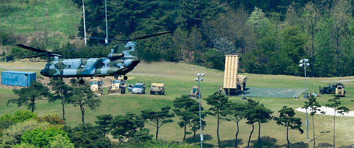 지난해 4월26일 경북 성주군 초전면 골프장 부지에 사드 발사대가 배치돼 있다. 한·미 군 당국은 이날 새벽 하드 핵심장비인 X-밴드 레이더, 발사대, 요격미사일 등을 전격 반입했다. 경향신문 자료사진