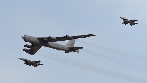 미 B-52 전략폭격기가 2016년 오산 공군기지 상공을 비행하고 있다. 공군 제공
