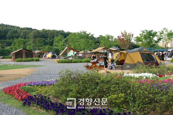 지난해 부천 여월농업공원 캠핑장에서 시민들이 캠핑을 하고 있다. |부천시 제공