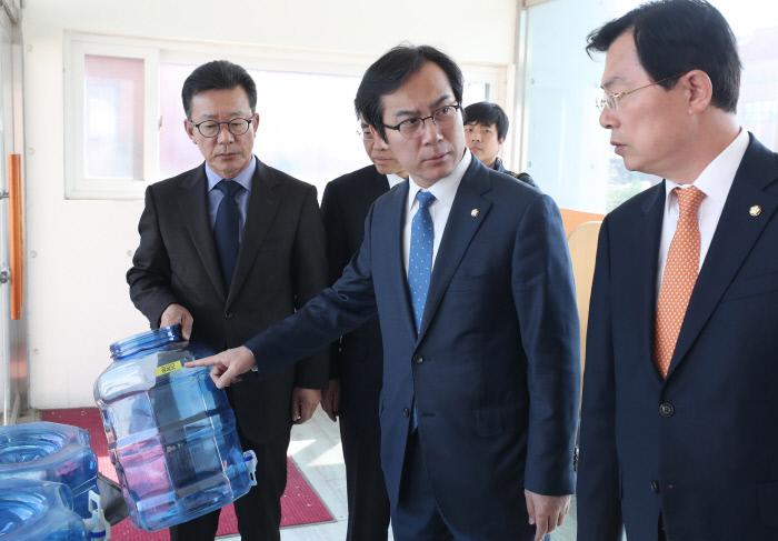17일 오후 자유한국당 댓글조작진상조사단장인 김영우 의원(가운데)이 네이버 댓글 추천수 조작 혐의로 구속된 '드루킹' 김모 씨가 공동대표로 있는 경기 파주시 느릅나무 출판사를 방문해 사무실을 둘러보고 있다. 연합뉴스