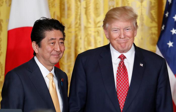 도널드 트럼프 미국 대통령과 아베 신조 일본 총리가 지난해 2월10일 미국 워싱턴 백악관에서 공동기자회견을 하고 있다. 워싱턴|AP연합뉴스